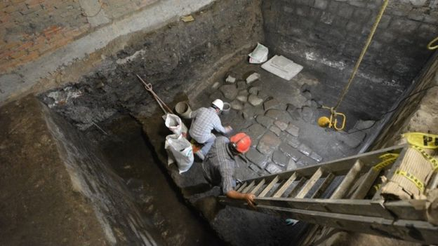 Encuentran restos de un antiguo palacio azteca bajo un majestuoso edificio en la Ciudad de México