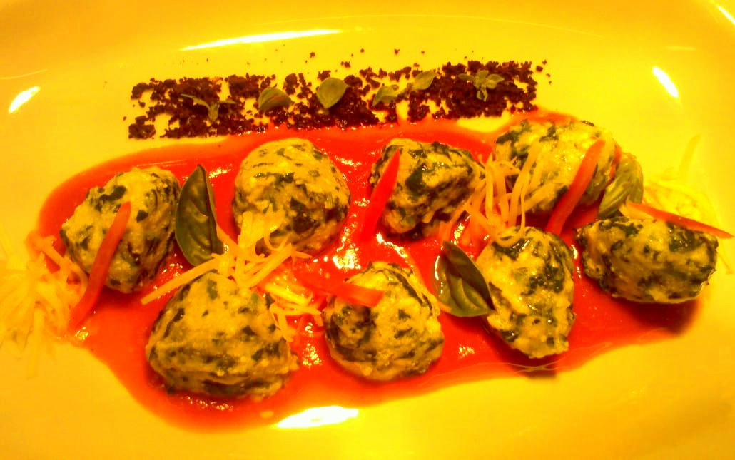 Malfattis de ricota y espinacas con  Coulis de tomate y albahaca fresca